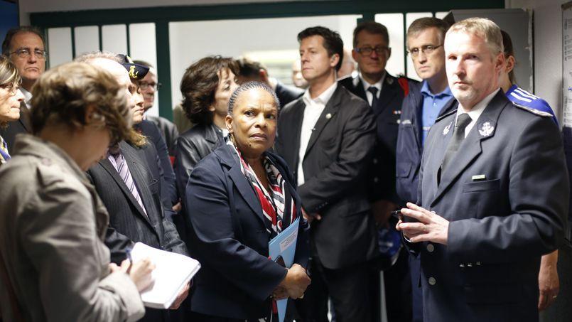 La garde des Sceaux, Christiane Taubira, en visite à la prison de Nanterre en compagnie de Jimmy Delliste, son directeur, le 25 avril.