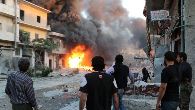 Des rebelles et des civils syriens à Alep, le 20 avril.