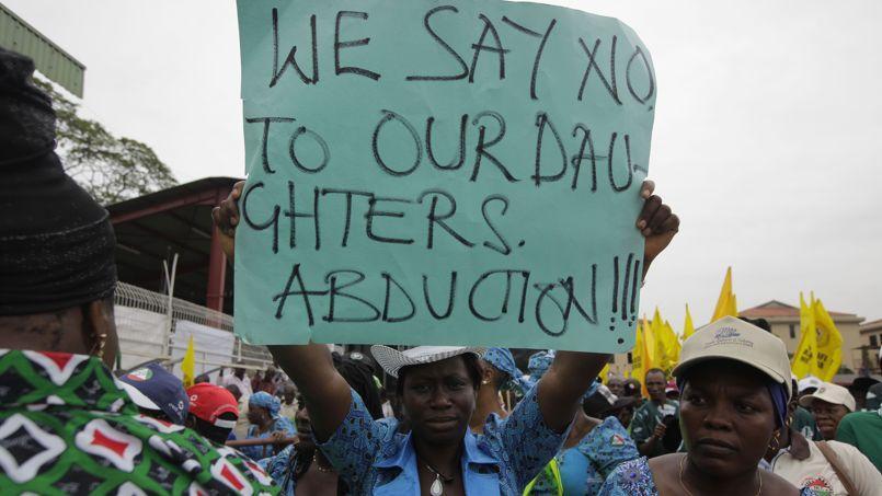 Une femme manifeste sa colère contre l'enlèvement des jeunes filles lors du rassemblement du 1er Mai dans la ville de Lagos, au Nigéria.