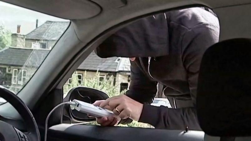 En utilisant un boîtier électronique branché sur la prise de diagnostic de la voiture, les pirates peuvent démarrer le moteur et contrôler une quantité de fonctions, de la mise en route des essuie-glaces à la commande des freins.