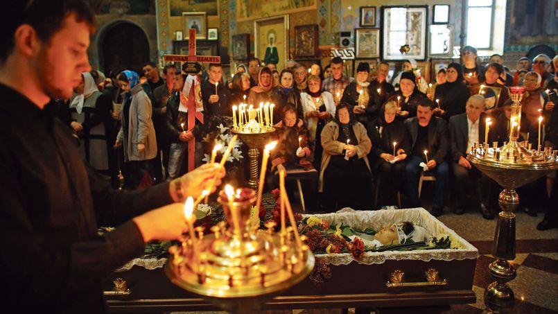 Les proches de Ioulia Izotova, tuée par balles lors d'affrontements avec les militaires ukrainiens, assistent à ses funérailles, le 5 mai à Kramatorsk.