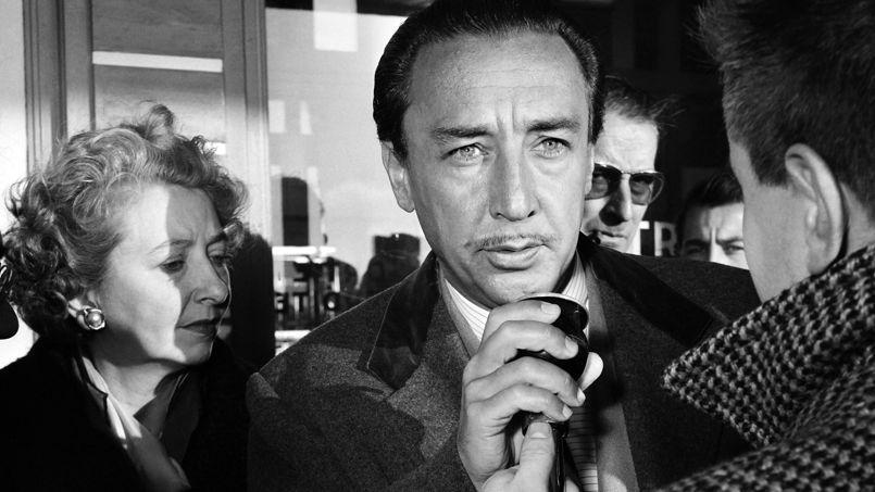 Romain Gary reçoit le prix Goncourt pour Les Racines du ciel, en 1956.