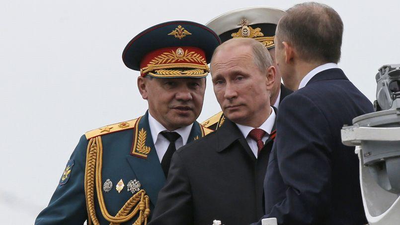 Vladimir Poutine et le ministre de la Défense Sergueï Choïgou (à gauche) assistent à une revue de la flotte et de l'aviation de Sébastopol, en Crimée.