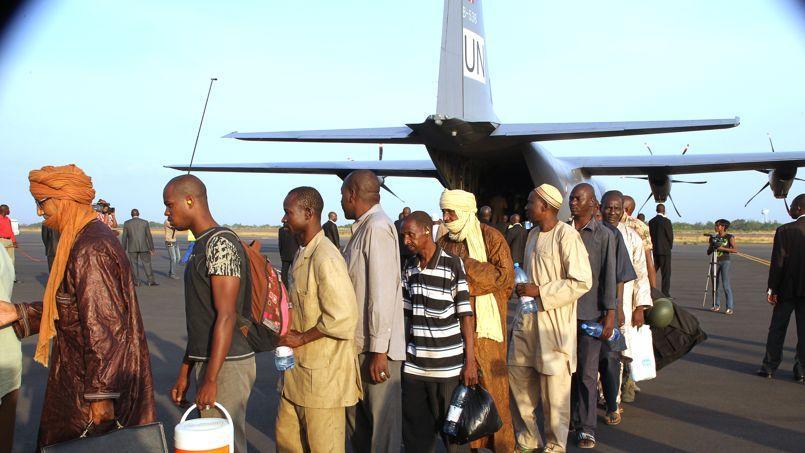 Des ex-otages détenus dans la région de Kidal débarquent à Bamako, le 20 mai.