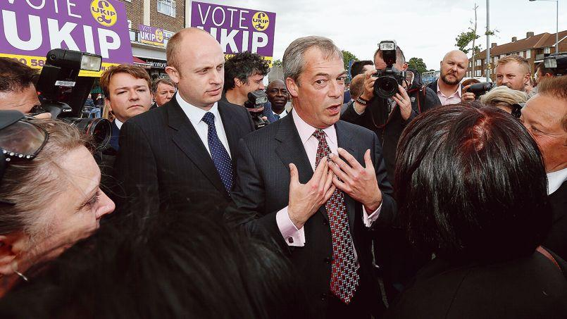 Nigel Farage (au centre), leader de l'Ukip, s'adresse à des sympathisants de son parti, à South Ockendon, le 23 mai.