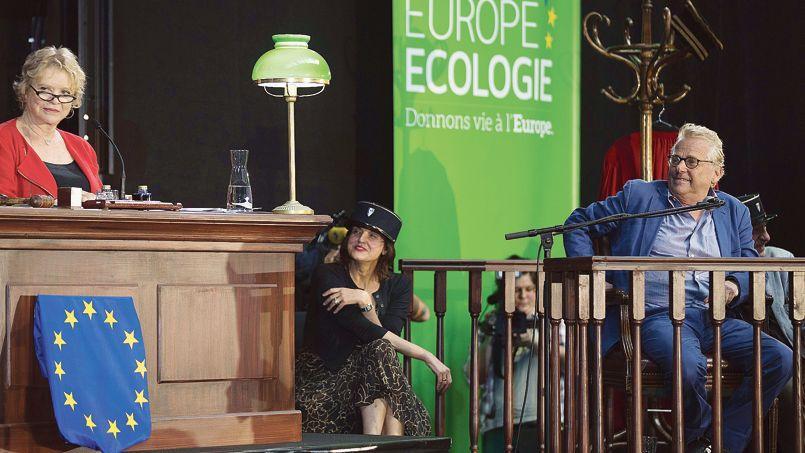 Eva Joly en juge et Daniel Cohn-Bendit en accusé pour une parodie de procès, lors d'un meeting d'EELV, jeudi à Paris.