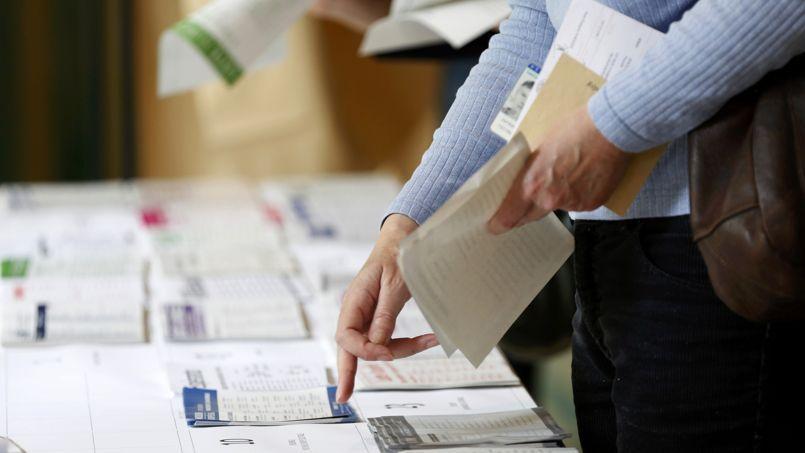 Dans un bureau de vote, à Fontenay-sous-Bois (Seine-Saint-Denis).