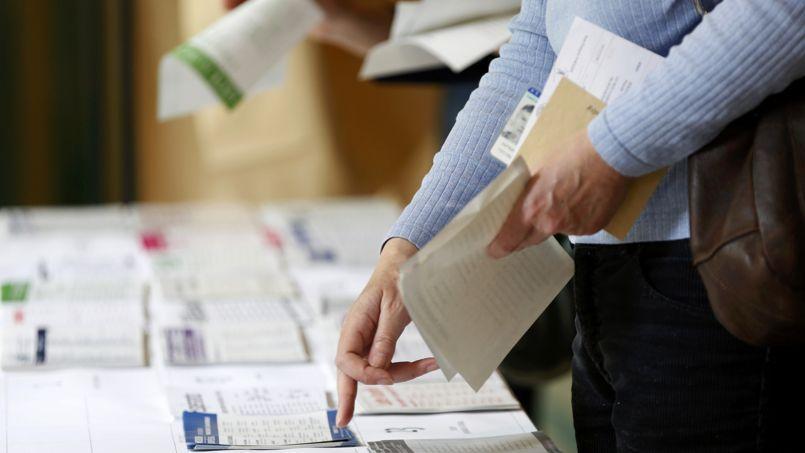 Des électeurs collectent les bulletins de vote le 25 mai 2014 à Fontenay-sous-Bois .