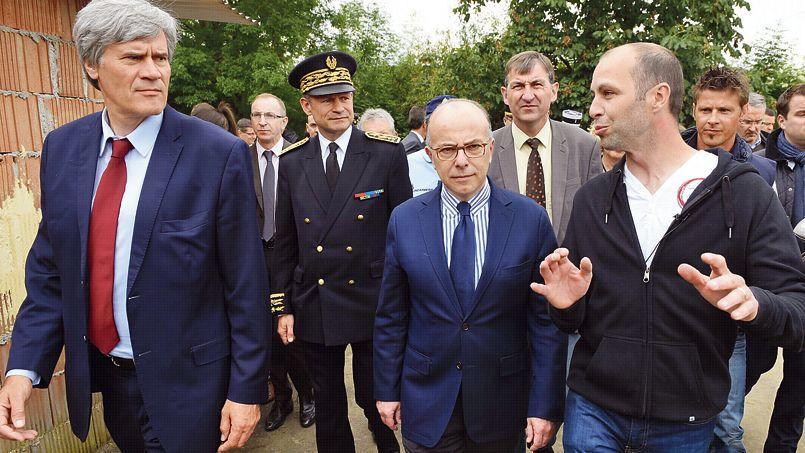 Stéphane Le Foll et Bernard Cazeneuve lundi, en visite chez un agriculteur à Saint-Cyr-sur-Menthon, dans lAin