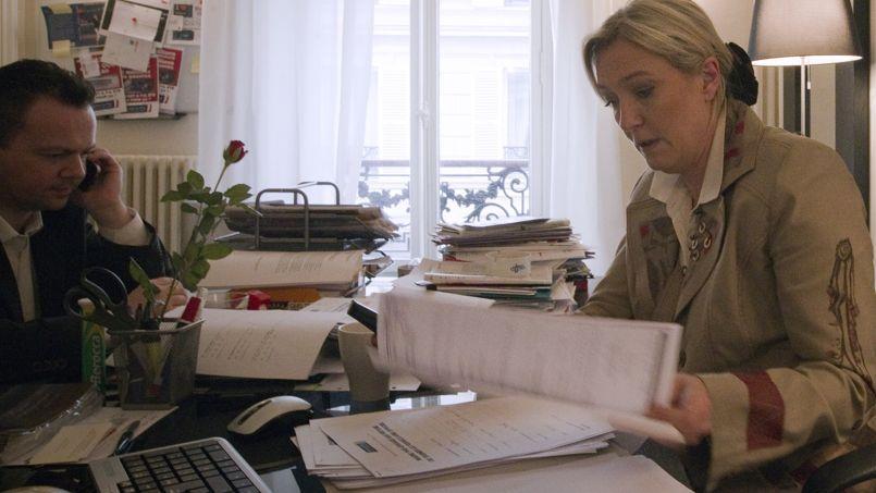 Marine Le Pen consulte des notes dans son bureau, lors de la campagne présidentielle de 2012