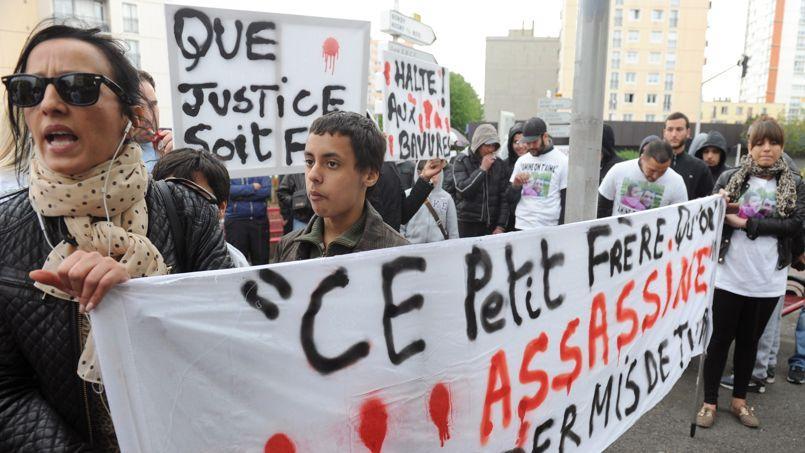 En 2012, Amal Bentounsi organisait une manifestationà Noisy-le-sec en mémoire de son frère tué