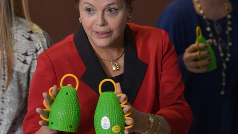 Dilma Rousseff présente la caxirola, l'instrument officiel de la Coupe du monde 2014.