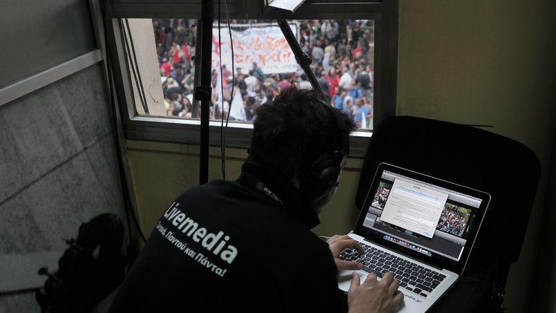 En juin 2012, à Athènes, un journaliste de la télévision nationale grecque, dont le gouvernement a décidé d'interrompre les programmes, rédige un article sur le site livemedia.