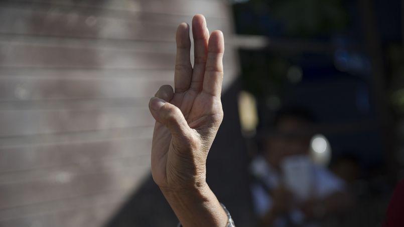 Une femme thaïlandaise adresse le salut de la resistance tiré du film Hunger Games, à Bangkok, Thaïlande, le 4 juin 2014.