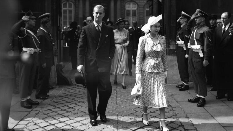 La princesse Elizabeth devant l'ambassade britannique à Paris, en 1948.