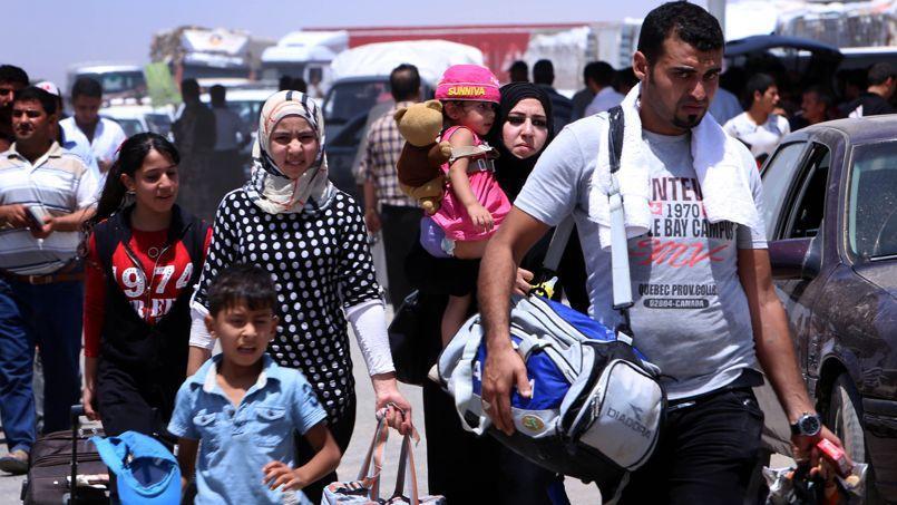 Des familles irakiennes fuient les violences dans le nord de la province de Ninive, le 10 juin 2014 au checkpoint kurde d'Aski kalak.
