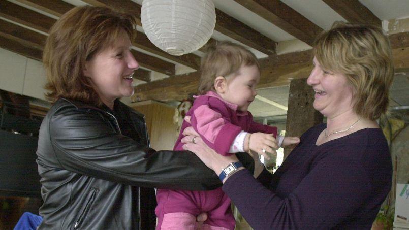 Une mère confie sa fille à sa nounou.