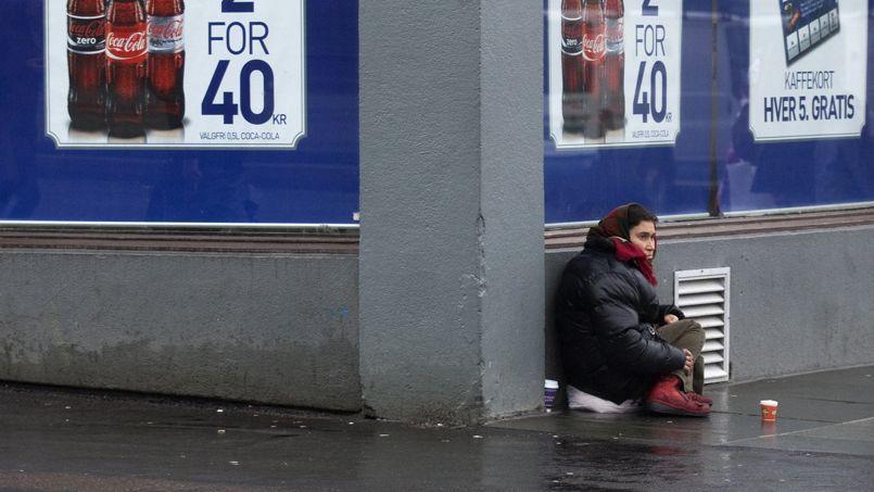 Une femme mendie de l'argent dans une rue de Bergen, en Norvège.