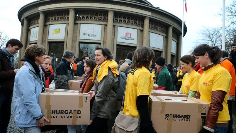 Des volontaires de la Manif pour tous déposant leur pétition, en février 2013, au Conseil économique, social et environnementale, à Paris.