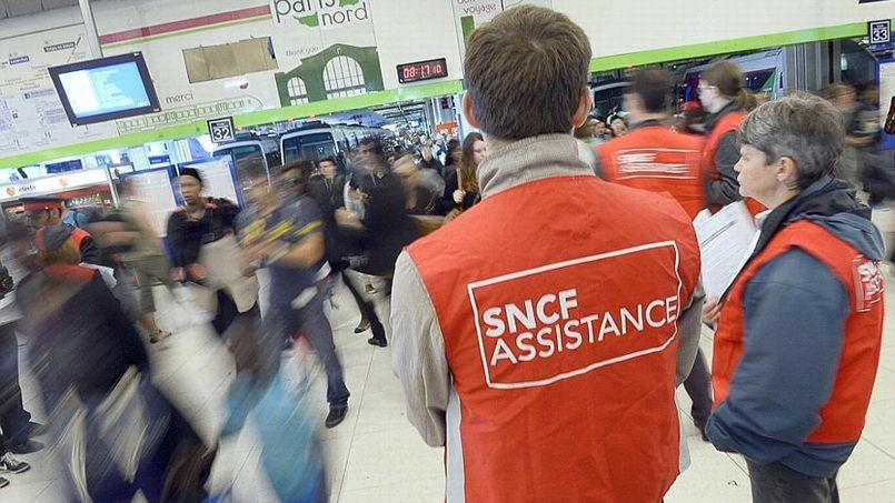Les «gilets rouges» prennent en charge l'accueil du public dans les gares durant la grève (Crédit: Stéphane DE SAKUTIN / AFP)