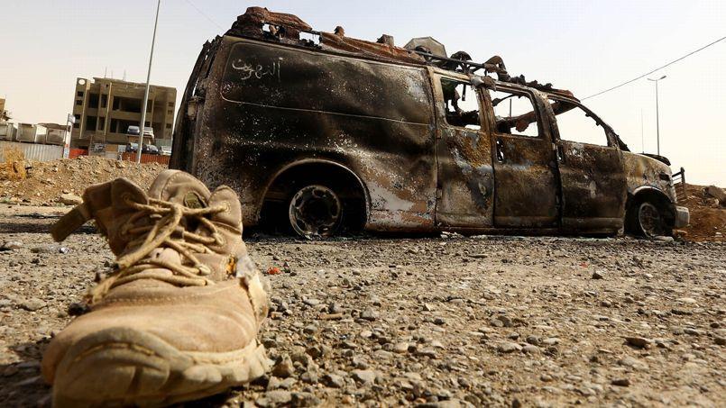 Un véhicule de l'armée irakienne incendié à l'est de Mossoul, le 11 juin.