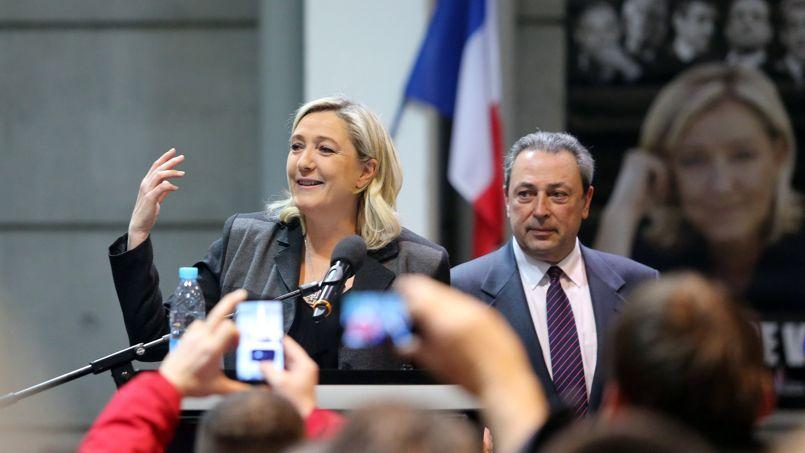 Jacques Colombier, patron contesté de la fédération FN de Gironde, au côté de Marine Le Pen.