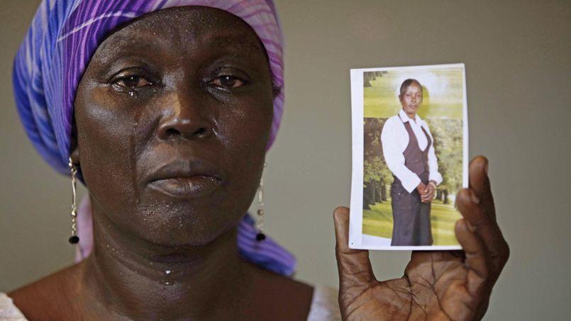 Martha Mark, la mère d'une lycéenne enlevée en avril dernier, montre une photo de sa fille.