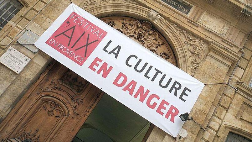 Une bannière accrochée devant la porte du Palais de l'Archevêché à Aix-en_Provence, mercredi 25 juin 2014.