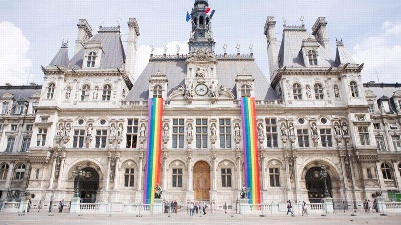 L'hôtel de ville de Paris a hissé les couleurs LGBT. Crédits phtot: Mairie de Paris.