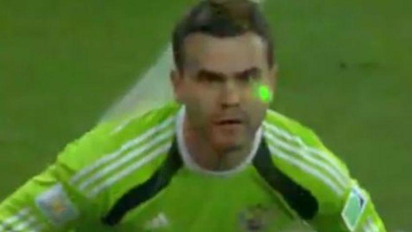 Le gardien de but russe, Igor Akinfeev perturbé par un laser (Capture écran Youtube).