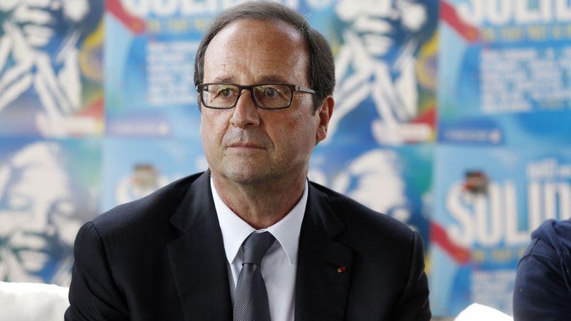 François Hollande, dimanche, lors de sa visite à Solidays. Le chef de l'État arborait, comme on le voit, une nouvelle paire de lunettes. Après un modèle quasi invisible, le chef de l'État a donc opté pour une monture voyante et moderne.