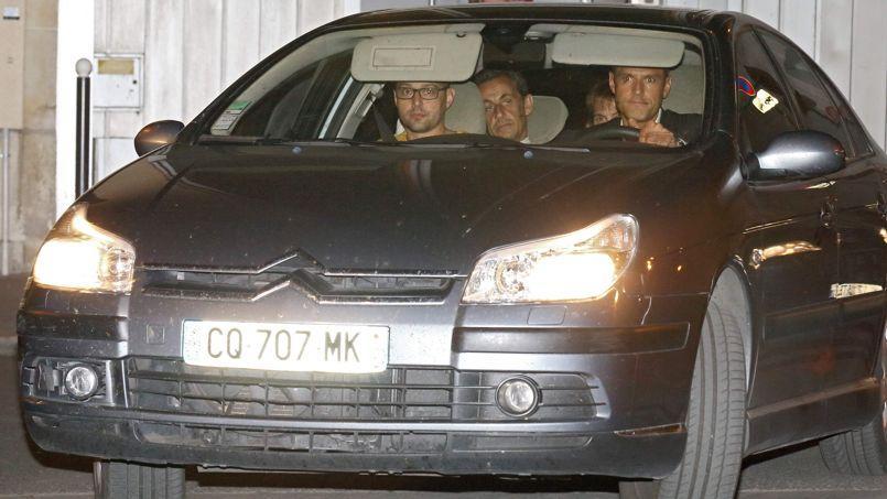 L'ex-président Nicolas Sarkozy arrive dans une voiture de police au pôle financier de Paris, le 1er juillet 2014.