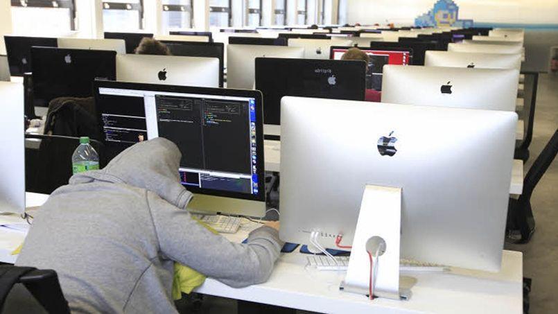 Un jeune informaticien de l'école 42, de Xavier Niel, dort sur son ordinateur.