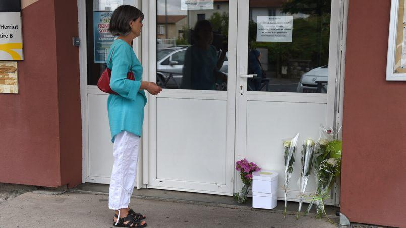 Une femme se tient devant l'entrée de l'école d'Albi où une institutrice a été tuée vendredi.