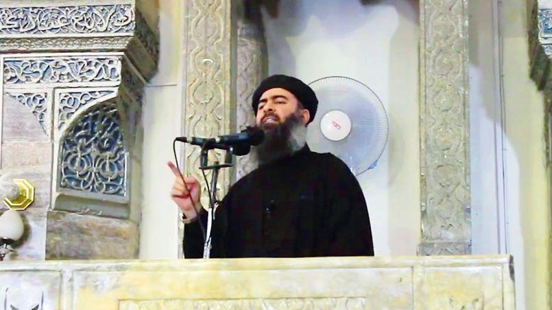 Capture de la vidéo diffusée sur des sites djihadistes, où Abou Bakr al-Baghdadi prononce le prêche de la prière du vendredi dans la grande mosquée de Mossoul, en Irak, le 4 juillet.