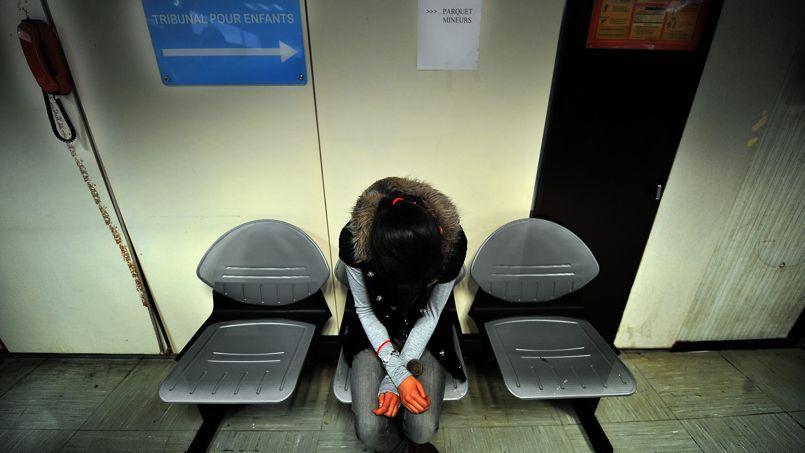 Une jeune fille attend son audition devant le juge des mineurs au tribunal de Lille.
