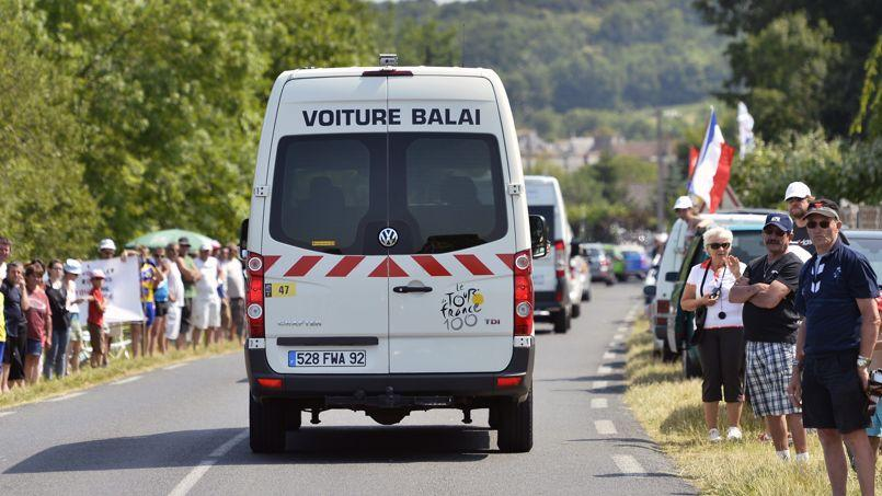 La voiture-balai ferme l'étape du Tour de France.