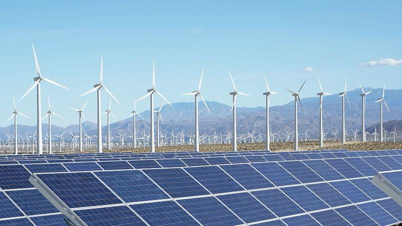 Production d'énergies solaire et éolienne à Palm Springs, en Californie.