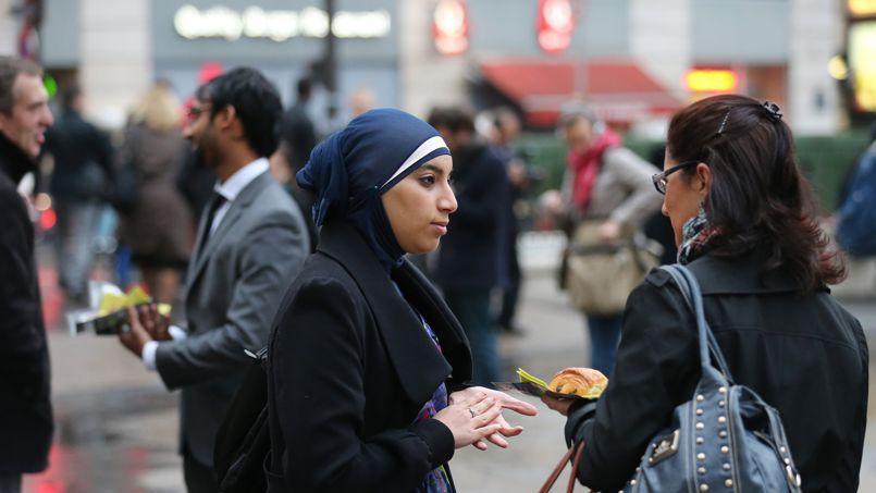 Une militante du Collectif contre l'islamophobie en France, en octobre à Paris, lors de la distribution de pains au chocolat organisée par l'association suite aux déclarations de Jean-François Copé.