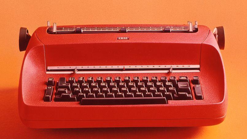Les membres de la commission d'enquête disposent d'une machine à écrire.