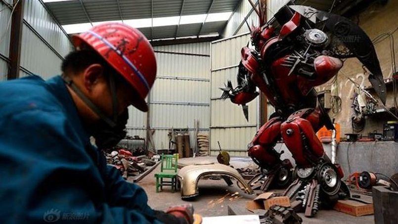 Un des fermiers chinois en pleine construction d'un des robots du film Transformers.