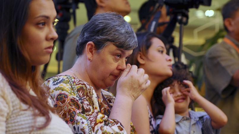 Jacquita Gomes (au centre), femme de l'un des membres d'équipage du vol MH370, le 6 juillet 2014, à Kuala Lumpur, en Malaisie.