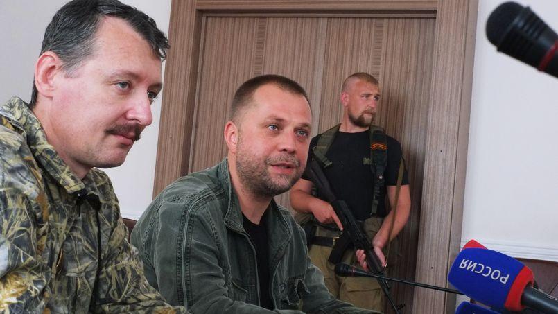 Le colonel Strelkov (à gauche), «ministre de la Défense» des séparatistes du Donbass et Alexandre Borodaï «premier ministre», le 10 juillet à Donetsk. (Photo AFP)