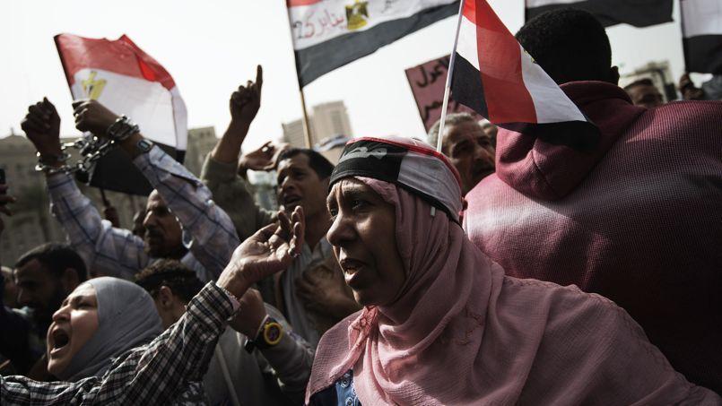 Femmes manifestant contre le «terrorisme sexuel», sur la place Tahrir.