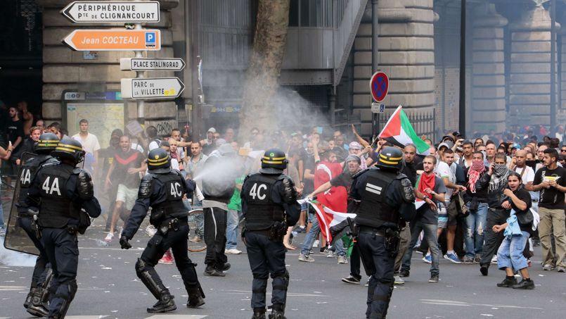 Le rassemblement parisien, calme au départ malgré son interdiction, a dégénéré et donné lieu à plusieurs heures d'affrontements avec les CRS.
