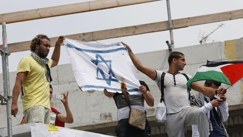 Un drapeau israélien brûlé, à Barbès, le 19 juillet.