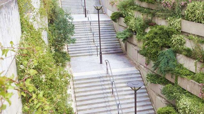 L'escalier qui mène à la coulée verte, situé à l'angle de la rue Montgallet et de la rue de Charenton dans le XIIe arrondissement. (Crédit photo/Paris.fr)