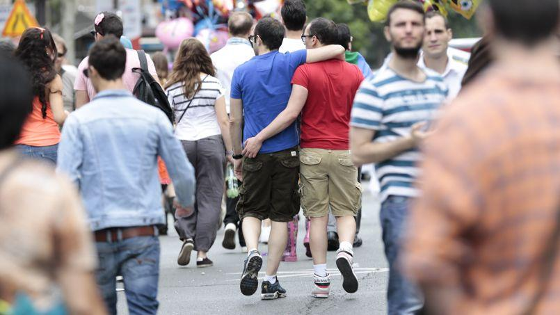 Un couple homosexuel pendant la Marche des fiertés dans les rues de Paris, fin juin.