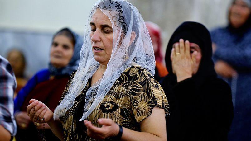 Une chrétienne ayant fui Mossoul assiste à une messe à Qaraqosh, le 19 juillet 2014.