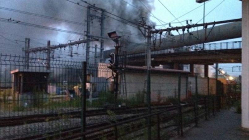 Le poste d'aiguillage de Vitry en feu, mercredi 23 juillet.